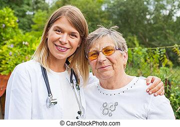Una anciana con una doctora