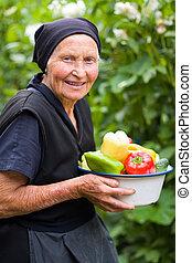 Una anciana con verduras