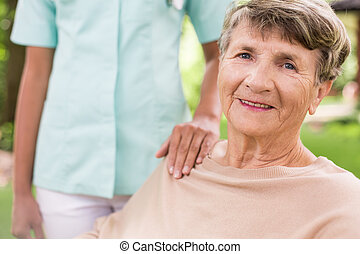 Una anciana en el jardín
