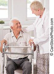 Una cuidadora profesional ayudando a su paciente