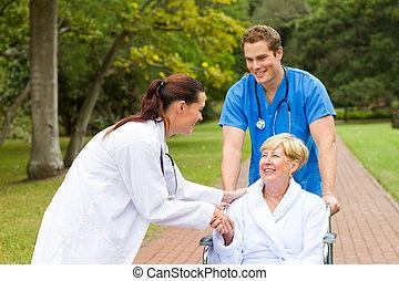 Una enfermera de saludo paciente