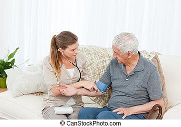 Una enfermera encantadora que ayuda a su paciente