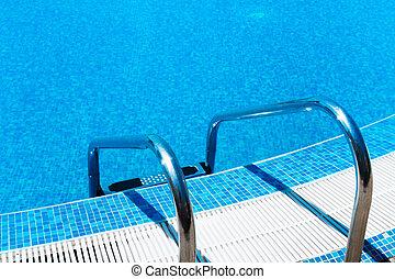 Una escalera de piscina