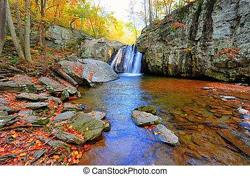 Una foto dinámica de Kilgore cae en Maryland en otoño
