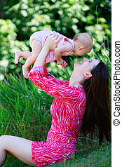 Una hermosa madre feliz vomita a su hija