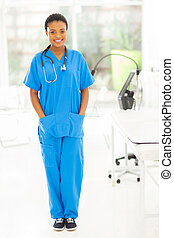 Una joven enfermera afroricana en la oficina moderna