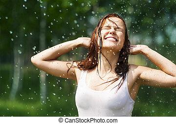 Una joven feliz con gotas de lluvia
