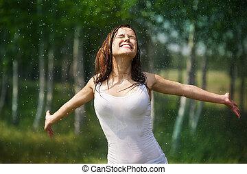 Una joven feliz disfrutando de la naturaleza