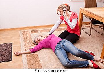 Una joven hace una llamada de emergencia