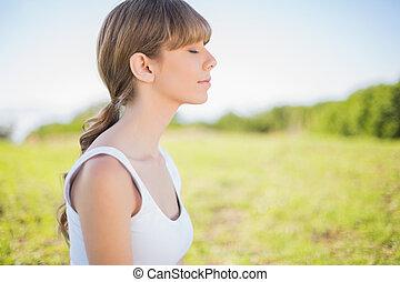 Una joven tranquila que se relaja afuera