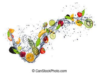 Una mezcla de fruta en agua salpicada, aislada de fondo blanco