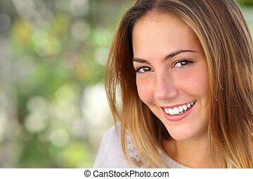 Una mujer hermosa con una sonrisa perfecta