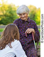 Una mujer mayor con el joven doctor