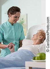 Una mujer mayor en el hospital