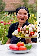 Una mujer mayor riendo