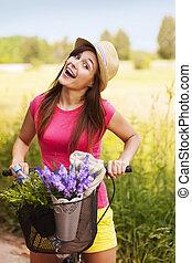Una mujer muy feliz gastando tiempo en la naturaleza