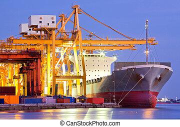 Una nave de carga industrial