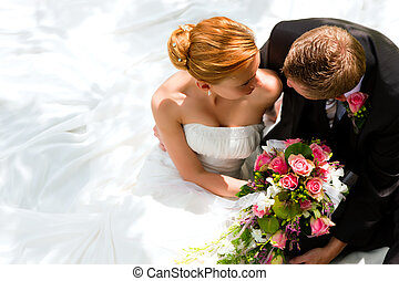 Una pareja de bodas, novios