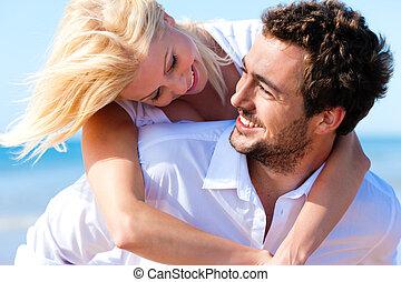 Una pareja enamorada en la playa de verano