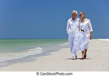 Una pareja feliz bailando en una playa tropical