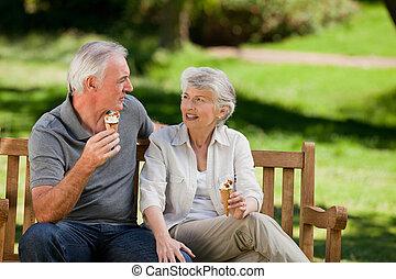 Una pareja mayor comiendo helado