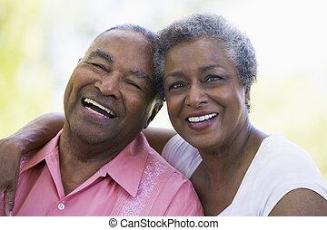 Una pareja mayor sentada al aire libre