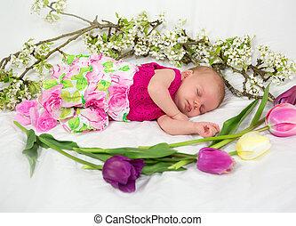 Una recién nacida de rosa con flores de primavera.
