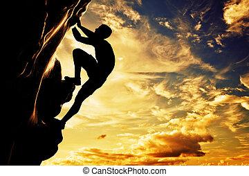 Una silueta de hombre libre escalando en roca, montaña al atardecer. Adrenalina, valentía, líder.